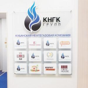 информационный стенд с объемными элементами